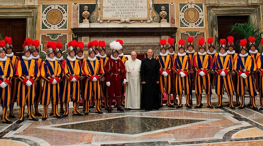 Papa Francisco a Guardia Suiza: Lleven siempre un Rosario y un Evangelio