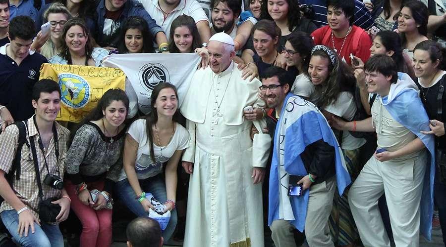 Papa y jóvenes